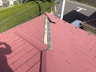 横浜市保土ヶ谷区仏向町で、飛ばされた棟板金と割れたスレートを復旧する工事を行いました