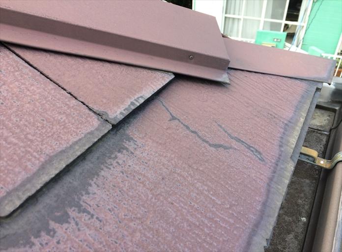 屋根に塗られた塗膜が劣化している