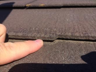 指の厚みよりも開いているスレートの隙間