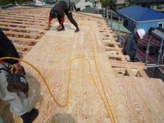 垂木の上に野地板を設置