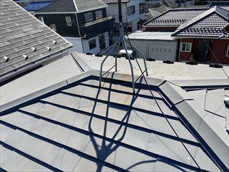 藤沢市善行のお住まいで棟板金の劣化と釘の緩みがあり、棟板金交換工事をご提案しました