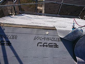 板金と貫板を撤去した棟にも防水紙を敷設します