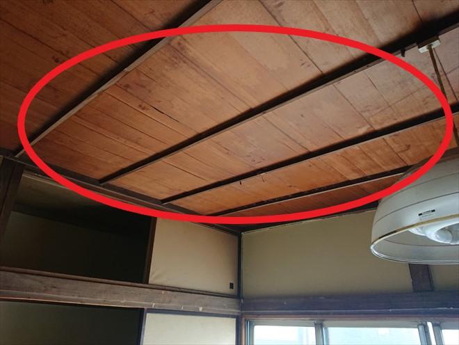 和室の天井から雨漏りしています