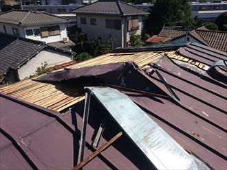 捲れた屋根材
