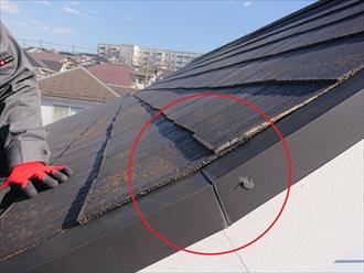 軒先へ向かって屋根の途中で勾配が緩くなっている