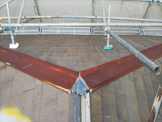 屋根の頂上からのアングルで傾斜が急なのがよくわかります