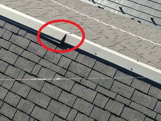 棟板金を固定する釘が抜けて板金が浮いています
