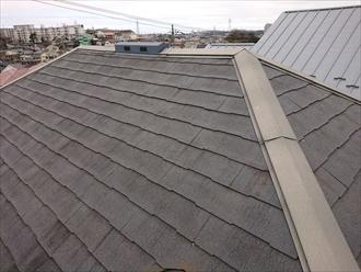 全体的に塗膜性能が劣化し屋根表面に汚れが繁殖している