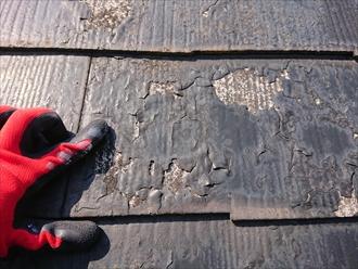 横浜市旭区西川島町にてスレート屋根調査、塗膜が剥がれ雨水を吸ってしまい傷んでいる屋根には塗装ではなく屋根工事でのメンテナンスが必要です