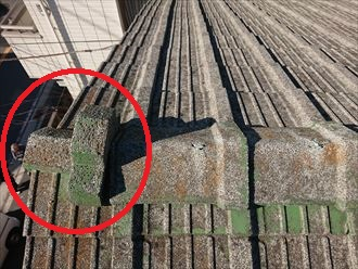 左端部分の屋根材がズレています