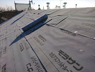 屋根前面を防水紙で覆います
