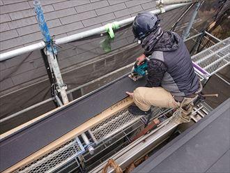 電動カッターで屋根材の大きさを調整していきます