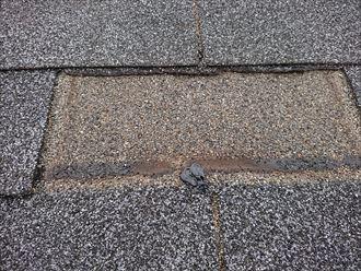 釘だけ残して屋根材が剝がれ落ちています