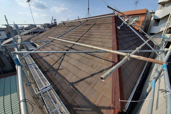 屋根足場の設置が完了しました