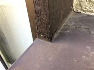 バルコニーの笠木に怪しい隙間
