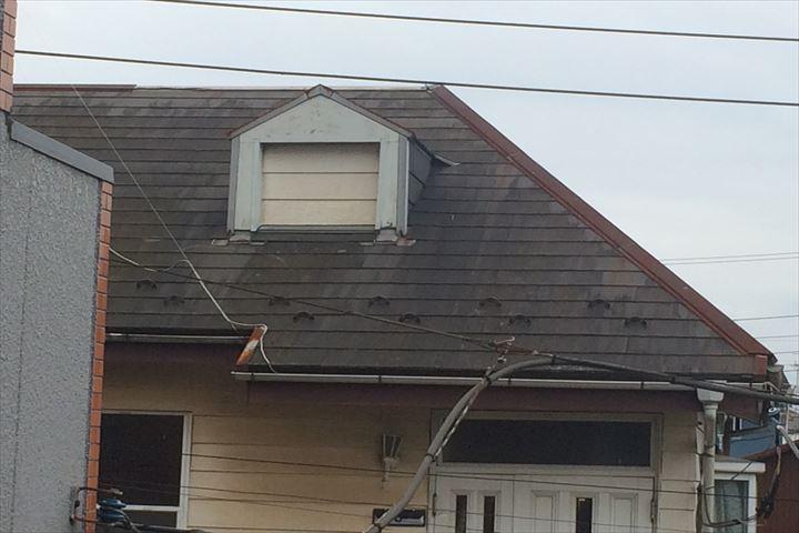 正面からは屋根材スレートの塗装剥がれが確認できました