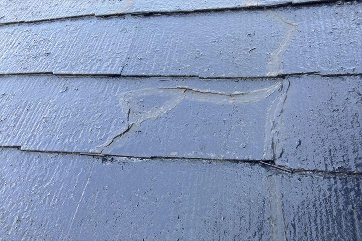 割れたスレートの上から塗装がされています