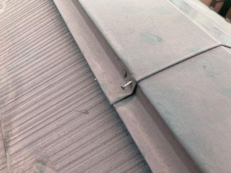 棟板金を固定している釘が浮いている