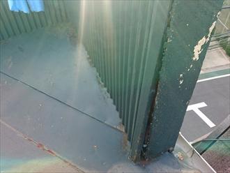 壁の立上り部分に隙間が有ります