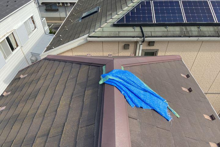 屋根の上にブルーシートが辛うじてくっついていました