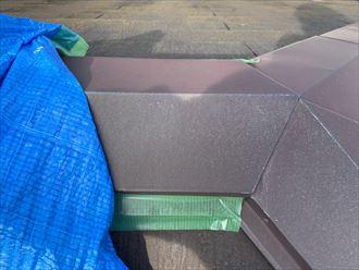 ブルーシートは養生テープで固定されていました