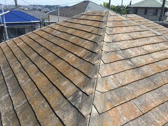 屋根のスレートに苔が生えている
