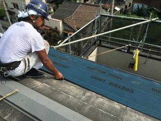 屋根カバー工法の手順 防水紙設置