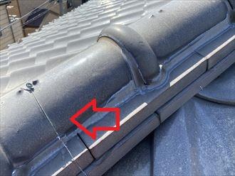 瓦を固定する銅線があります