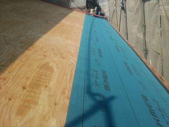 野地板を取り付け防水紙を敷設