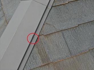 スレート屋根に使用された板金を固定している釘が抜け始めている
