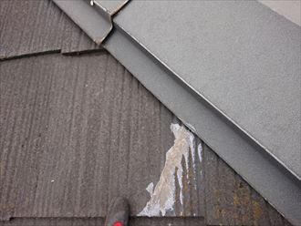 スレート材の割れをコーキングで補修