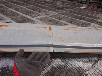 浮いた棟板金と屋根材の間には手が入るほどです