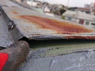 屋根材と板金の間には大きな隙間が出来ています