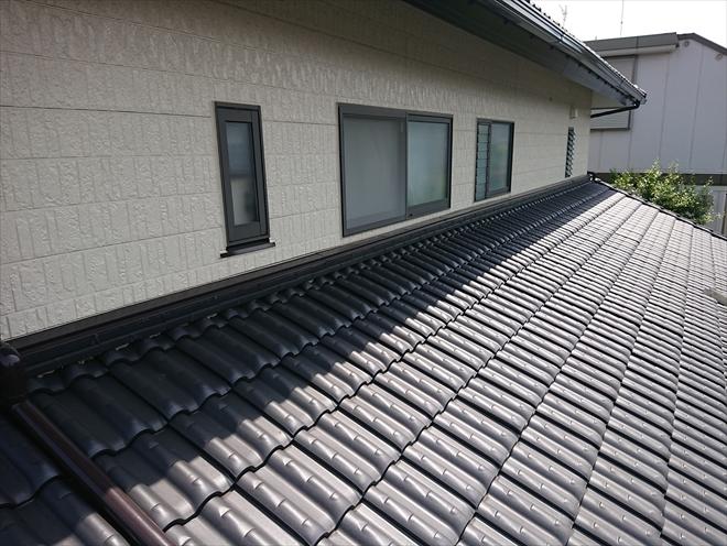 洋瓦が葺かれた重厚な屋根