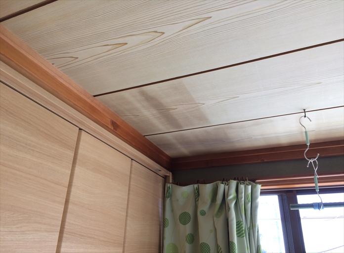 この天井は雨漏りしている