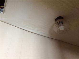 雨漏りで天井がたわんでいる