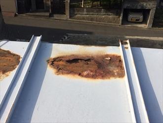 板金に穴がいて下地が露出している板金屋根