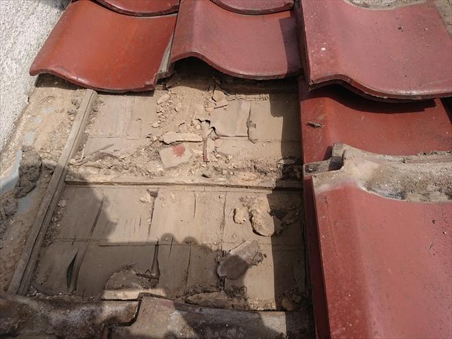 横浜市神奈川区神大寺で雨漏りしている瓦葺き屋根は葺き直し工事で下地を新しくします