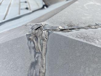 隙間を埋めるシーリング材が経年で劣化しています