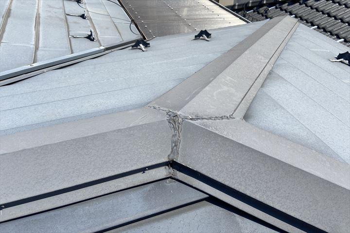 金属屋根の棟板金の調査を行っていきます