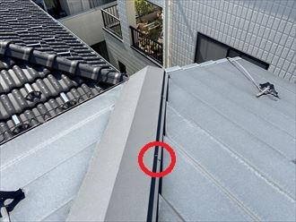 棟板金を固定する釘が緩んでいます