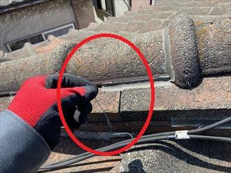 瓦を固定する銅線が切れています