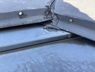 川崎市川崎区桜本のお住まいの屋根では、経年劣化で釘が緩み棟板金が浮き上がっている状態でした