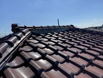 横浜市金沢区西柴のお住まいの瓦屋根はラバーロック工法で補修されていましたが、補修も経年劣化していました