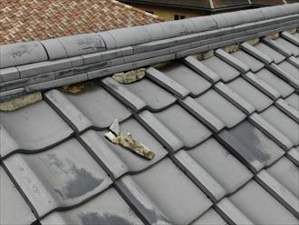 横浜市港北区師岡町の瓦屋根の建物、屋根からセメントのような欠けらが落ちてきました