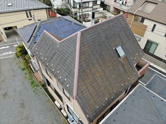 屋根面の向きによって汚れ方も違います