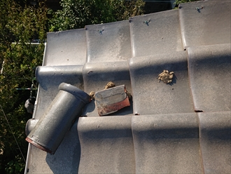 冠瓦が軒先まで滑り落ちていた