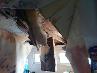 大和市代官にてしばらく放置していた雨漏り調査、屋根が原因だった雨漏りは放置しても直りませんので大がかりな復旧工事になる前に原因を特定し修繕をしましょう