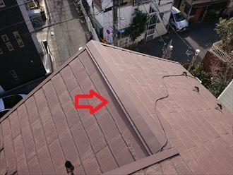棟違いの棟板金も浮き上がっているように見えます