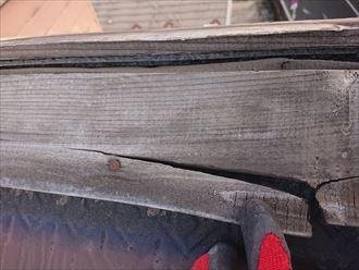 棟板金を固定する貫板が割れています